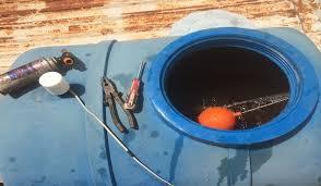 Thợ sửa phao bồn nước bị tràn ở tphcm